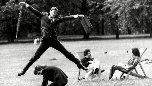 En man hoppar i luften under ett välgörenhets evenemang i Green Park i London.