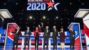 De sju presidentkandidaterna som deltog i debatten i South Carolina från vänster till höger: Michael Bloomberg, Pete Buttigieg, Elizabeth Warren, Bernie Sanders, Joe Biden, Amy Klobuchar, och Tom Steyer.