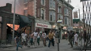 Väkijoukko mellakoi kadulla, talo palaa. Kuva elokuvasta Detroit