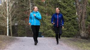 Två kvinnor som är ute och springer.
