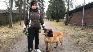 En kvinna med en hund.
