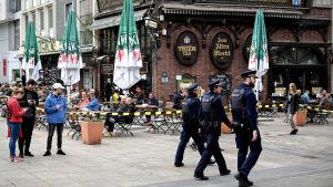 Polisen patrullerar i centrum av Dortmund medan matchen Borussia Dortmund–Schalke 04 pågår.
