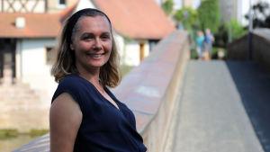 Företagaren Monika Hörteis står på en gångbro