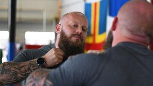 Robert Helenius tränare Johan Lindström kliar sig i skägget.
