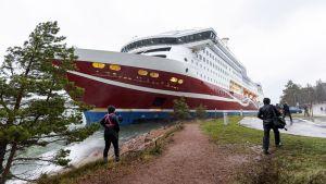 Viking Lines M/S Grace stötte på grund utanför Mariehamns hamn.