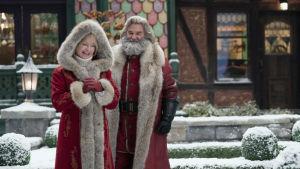 På bilden syns Goldie Hawn som tomtemor och Kurt Russell som tomtefar i filmen The Christmas Chronicles 2.
