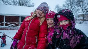 Glada barn i snöstorm.