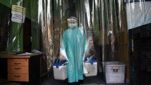 Det kinesiska vaccinet Sinovac bärs ut från ett kylrum i Bandung 13.1.2021