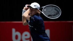 Emil Ruusuvuori med racketen i hand iklädd blå t-skjorta.