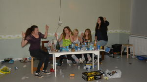 Ungdomar som spelar att de deltar i en hemmafest.
