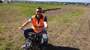 Trafikledare Pekka Lahtinen har enligt egen utsago hittat det perfekta fordonet för Suviseurat.