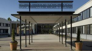 Näkymä Helsingin ranskalais-suomalaisen koulun pihalta pääsisäänkäynnille.