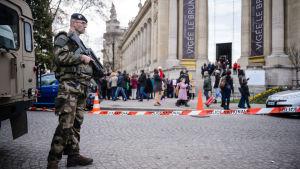 Säkerhetsförberedelser på Champs-Elysées i Paris på grund av terrorhot inför nyåret i Paris.