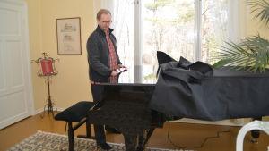 Ralf Nyqvist provar Steinwayflygeln i Villa Vikan i Pojo.