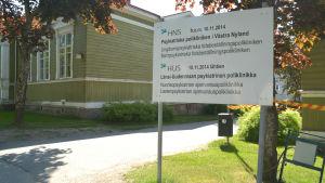 En skylt där det står information om psykiatriska polikliniken i Västra Nyland.