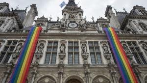 Två långa regnbågsflaggor hänger ner från Paris stadshus den 13 juni 2016 för att hedra offren i Orlando, USA.
