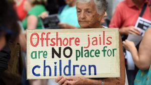 Protest i Brisbane mot att barn placeras i flyktinglägret på Nauru.