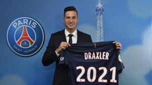 Julian Draxler presenteras av Paris Saint-Germain på en presskonferens.