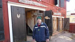 Greger Wergilis utanför en av de många loppisbyggnaderna i Ekenäs, Betesda Second hand shop