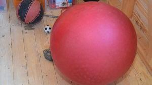 En röd studsboll i nya redskapsskjulet i Katarinaskolan i Karis.