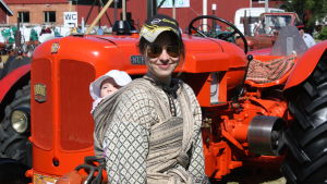 Daniela Hjortman med dottern i en sjal på ryggen.