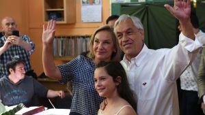 Sebastián Piñera med sin hustru Cecilia Morel i en vallokal i Santiago på söndagen.