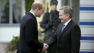 President Niinistö tar emot prins William utanför presidentslottet i Helsingfors.