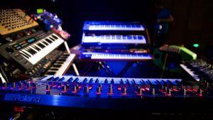 Syntetisatorer, längst fram en av märket Roland.