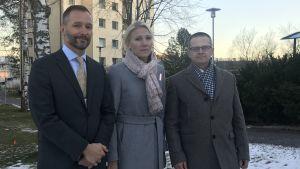Ulf Stenbacka, Marina Kinnunen och Mikael Snellman på sjukhusområdet i Vasa.