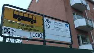 Skylten över Doppingbrinkens busshållplats på Drumsö.