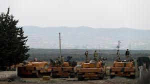 Turkiska soldater i stridsvagnar och bepansrade fordon har intagit ställningar vid gränsen mellan Syrien och Turkiet
