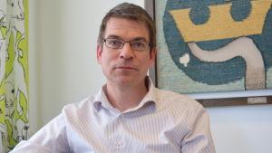 Porträtt på en medelålders man med glasögon