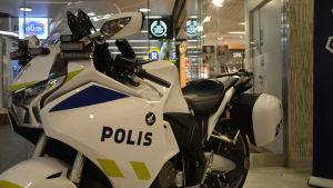 Närbild på polisens motorcykel.