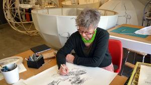 Konstnär Ylva Holländer ritar sitt arbetsrum