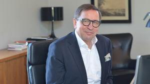 Lasse Svens, skattmästare på Stiftelsen för Åbo Akademi sitter vid sitt skrivbord