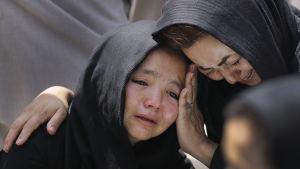 Sorg efter att en familjemedlem dödats i självmordsattacken i en skola i Kabul