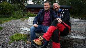 Michael Björklund och Matias Jungar sitter på en bänk