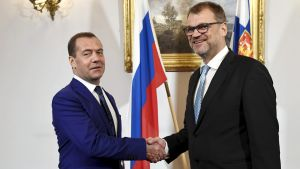 Rysslands premiärminister Dmitrij Medvedev (till vänster) och Finlands statsminister Juha Sipilä skakar hand i Helsingfors den 26 september 2018.