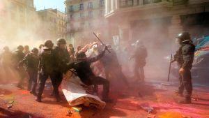 Polisen besprutas med färg i Barcelona.