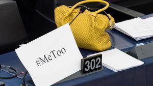 Plats vid EU-parlamentet med metoo-skylt.