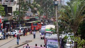 Bussar och fotgängare på gatan i Nairobi.