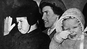 Prins Charles, prinsessan Anne och deras barnsköterska.