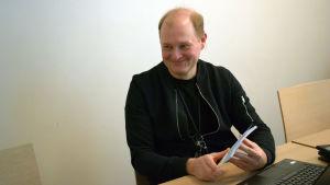 Sam Grönstrand undervisar i arbetspolitik
