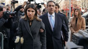 Michael Cohen med fru på väg in till domstolen.
