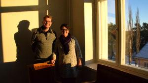en man och en kvinna invid ett fönster