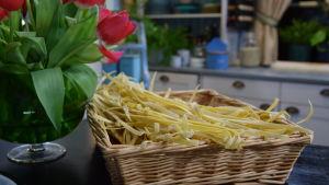 Strömsös hemgjorda pastan i en korg