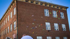 Abiturienter kastar godis på lastbilsflaket i Lovisa