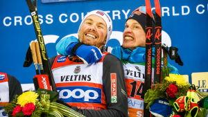 Iivo Niskanen bråkar med Emil Iversen på podiet.
