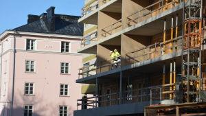 Två byggarbetare tar en paus på nybygget där de jobbar.