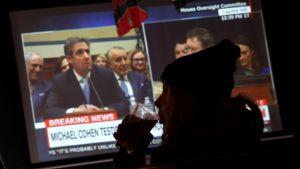 -Politisk teater som inte intresserar amerikanerna, sa republikanerna. Bilden visar kvinna med ölglas, på en pub där utfrångingen visas på tv.